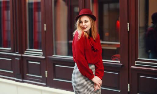 Modne bluzki kobiece. Jak nadać swojej garderobie stylu?