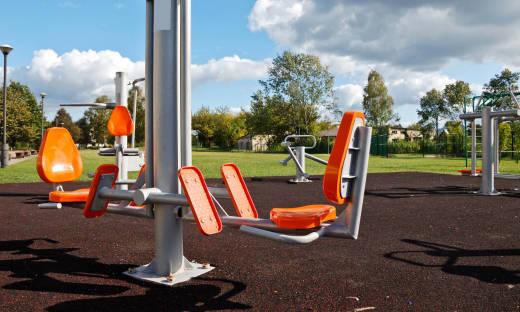 Dlaczego należy wyposażyć siłownie zewnętrzne w maty?