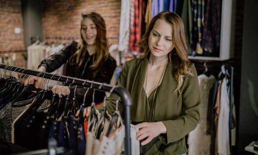 Dlaczego odzież używana staje się coraz bardziej popularna?