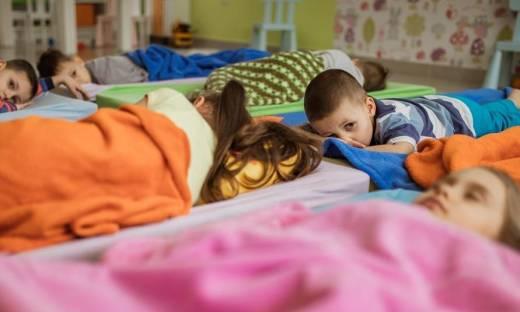 Przedszkolny odpoczynek. Jaką rolę pełni leżakowanie?